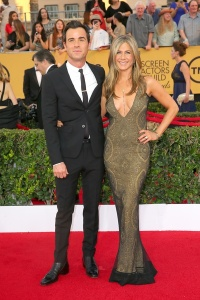 Justin-Theroux-and-Jennifer-Aniston-in-vintage-Galliano-gown-at-Screen-Actors-Guild-Awards_011952