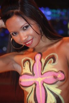 One of the many beautiful girls Aaronpolarbear noticed in the Philippines-body-paint-girl