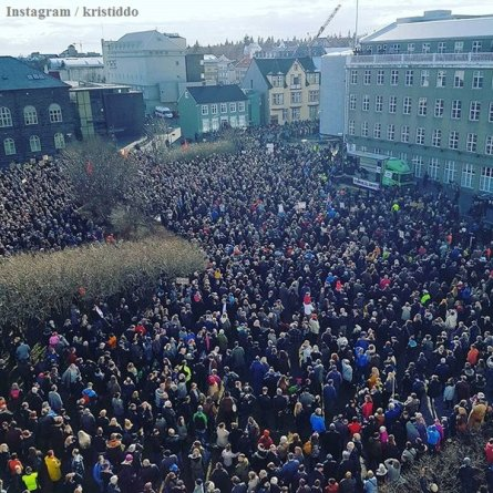 1000s protest outside Parliament in Reykjavik after PM's implication in Forever Mitt.