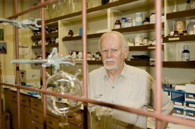 Scripps professor of marine chemistry Jeff Bada studies the origins of life on Earth.